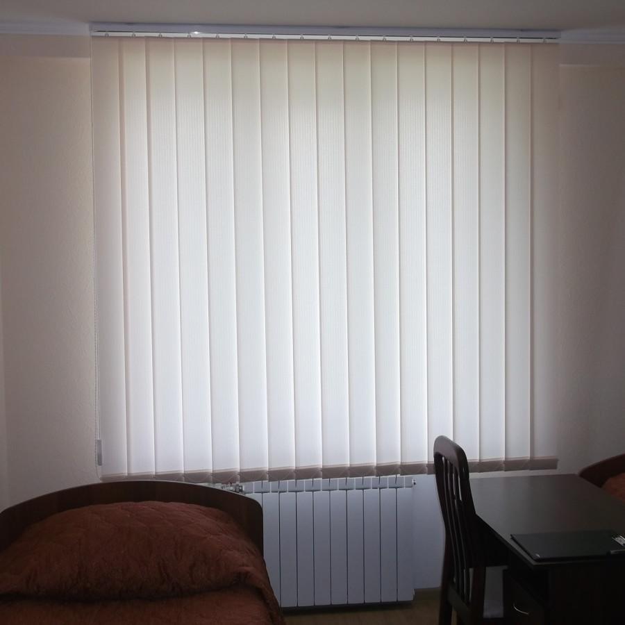 Тканевые вертикальные жалюзи в кабинете