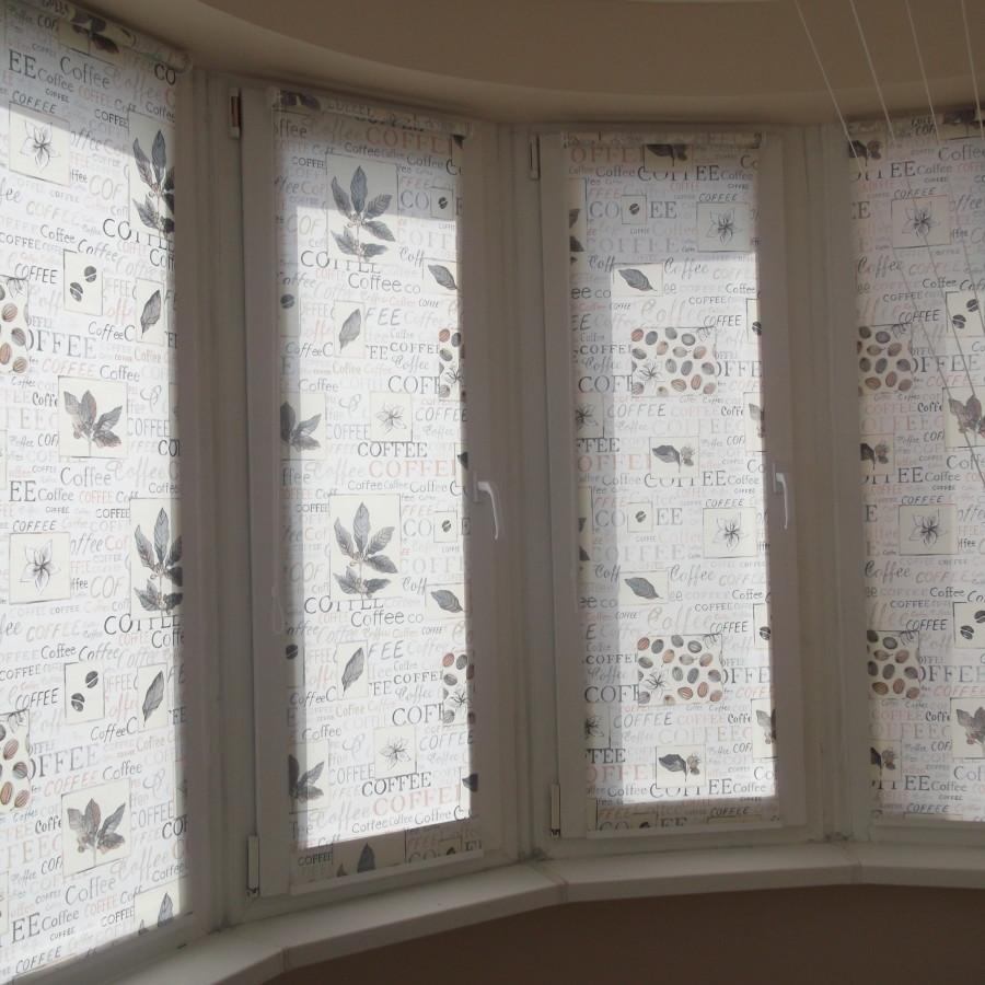 открытая система  тканевых  ролет на  створках окна