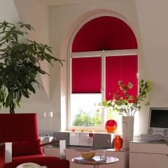 шторы плиссе на окне с овальной створкой